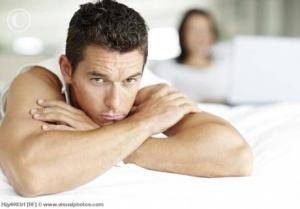 bored_man_in_bed_with_woman_using_laptop_26jy0083rf1
